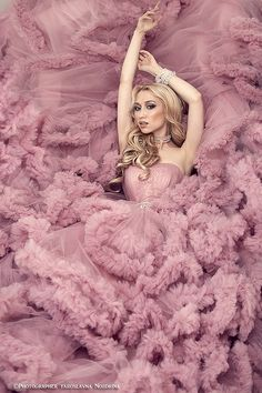 D r e a m s – girl photoshoot poses Portrait Photography, Fashion Photography, Big Dresses, Shooting Photo, Estilo Fashion, How To Pose, Tulle Dress, Beautiful Gowns, Pretty In Pink
