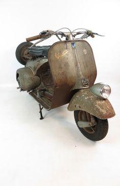 Vespa Ape, Piaggio Vespa, Vespa Lambretta, Vespa Scooters, Vespa Retro, Classic Vespa, Abandoned Cars, Mini Bike, Locomotive