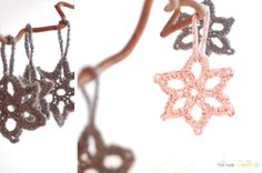 Lacy star pattern by the new crochet free Christmas decoration pattern Crochet Star Patterns, Crochet Stars, Crochet Snowflakes, Crochet Motif, Diy Crochet, Crochet Wreath, Simple Crochet, Snowflake Pattern, Crochet Afghans