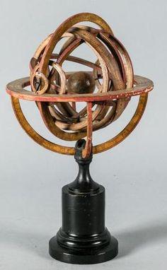 83f45521e00 Sphère armillaire en papier mâché reposant sur un socle en bois Sphère  Armillaire