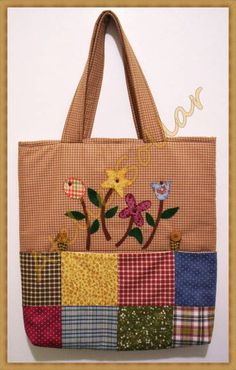 Patchwork bag, made in cotton fabric, national and imported, embroidered in appliqué with flowers, Quilted Tote Bags, Patchwork Bags, Bag Quilt, Jute Bags, Bag Patterns To Sew, Denim Bag, Fabric Bags, Cloth Bags, Handmade Bags