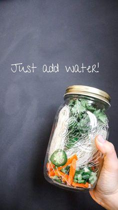 Mason Jar Lunch, Mason Jar Meals, Meals In A Jar, Mason Jars, Mason Jar Recipes, Rice Noodle Soups, Noodle Cup, Rice Noodles, Soup In A Jar