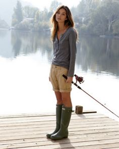 Not exact an urban setting, but fabulous 'street' style nonetheless! Hunters boots have a way of making casual, chic! Green Hunter Boots, Hunter Rain Boots, Green Boots, Hunter Boots Outfit, Rainboots Hunter, Black Boots, Fashion Mode, Womens Fashion, Fashion Tips