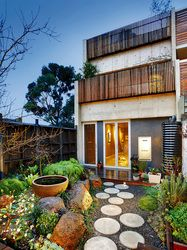 Love the circular stepping stones. Fitzroy Terrace / Robert Nichol & sons