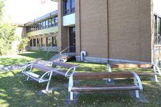 La classe extérieure de l'école Curé-A.-Petit a été disposée en demi-cercle. Outdoor Learning, Outdoor Play, Outdoor Classroom, School Design, Recherche Google, Sun, Outdoor Games, Outside Games