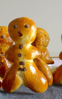 Mannala, a variety of small brioche shaped like little men is a traditional recipe available in Alsace for Saint Nicolas holiday. Cute Food, Good Food, Cooking Chef, Biscuit Cookies, French Food, Vegan, Kitchenaid, Brunch, Cookies