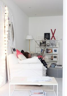 Styling: Marianne Luning | Photographer: Tjitske van Leeuwen magalogue 2013 #vtwonen #magazine #interior #livingroom #white #black #red #basic #sofa #magazinerack