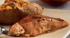 Digamos la verdad, el pescado más elegante y sofisticado es el salmón. Quizás crean que hay más ricos pero lo cierto es que esta especie se ha ganado el primer puesto en todas las cocinas del mundo. Lo bueno de esto es que es un pescado muy versátil a la hora de cocinar, y hasta las recetas más simples resultan