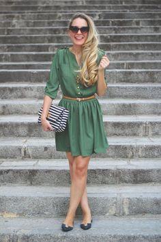 opta por un vestido verde con botones, un cinturón fino marrón y unas chatitas verdes o marrones y tendrás un look elegante y moderno para ir a trabajar. Puedes combinarlo con un clutch liso o con uno a rayas. Finaliza el look con unas gafas de sol modernas.