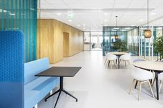 TNO Helmond – Automotive Campus by Hollandse Nieuwe - Office informal meeting space Conference Room, Space, Table, Furniture, Home Decor, Display, Homemade Home Decor, Meeting Rooms, Mesas
