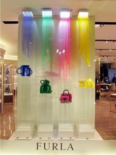 Colorfull. Una vetrina coloratissima. (Negozio: Furla, Milano)