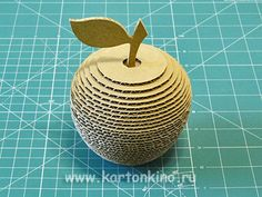 cardboard apples do it yourself Cardboard Box Crafts, Jewelry Drawing, Rubrics, Paper Dolls, 2nd Birthday, Paper Flowers, Paper Art, Diy And Crafts, Upcycle