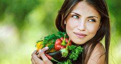 Признаки нехватки витаминов  Дефицит витамина А: сухость, ломкость, истончение волос; ломкость ногтей; появление трещин на губах; поражение слизистых (трахеи, рта, ЖКТ); снижение зрения; сыпь, сухость и шелушение кожи.  Дефицит витамина В1: диарея и рвота; расстройства ЖКТ; снижение аппетита и давления; повышенная возбудимость; сердечная аритмия; холодные конечности (нарушения кровообращения).  Дефицит витамина В2: стоматит и трещины в уголках рта; конъюнктивит, слезотечение и снижение…