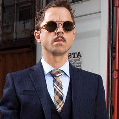 L'attore Giovanni Ribisi presenta la classicità, lo stile e l'assoluta originalità della nuova collezione di occhiali Barton Perreira