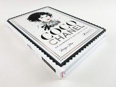 Du suchst Bilder, das Logo, Zitate, Sprüche von Coco Chanel für Wallpaper oder einen Geburtstag? Du magst die Mode, Outfits, Kleider des großen Modelabels? Dann interessiert dich sicherlich das Buch 'Coco Chanel. Die zauberhafte Welt der Stil-Ikone'. Es illustriert und schildert die Geschichte des glamourösen Modelabels und das Leben der legendären Designerin, deren zeitlose Entwürfe und Klassiker, wie das Parfum Chanel No 5, noch heute die Modelandschaft prägen. Schau dir unsere Fotografien…