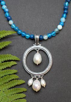 Moderner Trachtenschmuck Anhänger in Silber mit Perlen und Achatkette in Blau Outfit Des Tages, Pearl Necklace, Pearls, Jewelry, Fashion, Nice Jewelry, Gems, Blue, String Of Pearls