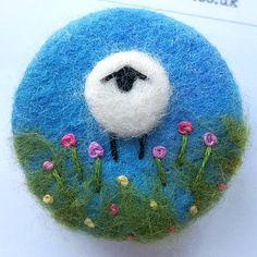 Broche oveja de fieltro de aguja y bordado de la
