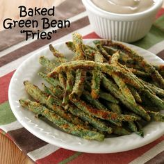 Crispy Baked Green Bean Fries with Balsamic Yogurt Dip | www.dinner-mom.com | #glutenfree #lowcarb