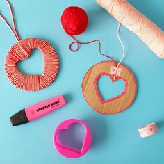 Hartjes hanger knutselen voor Valentijnsdag #leukmetkids #knutselen #valentijnsdag #crafting #valentine #valentinesday Fall Crafts For Kids, Art For Kids, Valentine Crafts, Valentines, School Posters, Mothers Day Presents, Fidget Toys, Mom Birthday, First Christmas