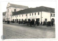 Lublin '40 kościół kapucynów Krakowskie Przedmieście. Ten sklep Ludwiga Wudermanna to przed wojną było przedstawicielstwo Philippsa, które było prowadzone przez Bromberga. My Kind Of Town, What A Wonderful World, Wonders Of The World, Poland, Street View, History, Fotografia, Ignition Coil
