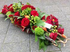 Grafstuk met krulhazelaar. Arrangements Funéraires, Funeral Flower Arrangements, Funeral Flowers, Diy Flowers, Fresh Flowers, Flower Decorations, Funeral Sprays, Funeral Tributes, Memorial Flowers
