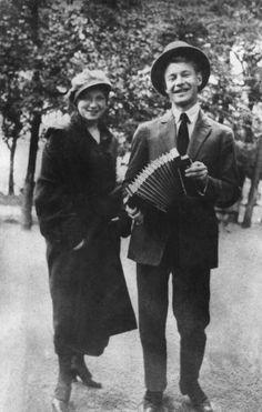 22фотографии знаменитых россиян, какими выихточно невидели        Сергей Есенин с сестрой Катей, 1925.