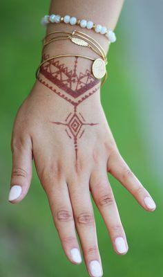 How stunning is this henna + Alex and Ani bracelet combo?! I'm in love!