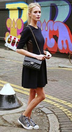 черное платье с кедами