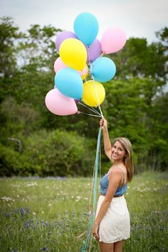 I was so excited to try this one for my senior session! It's amazing how many adorable poses you can do with some balloons! #seniorpictures