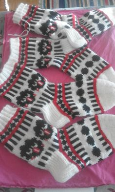 Diy Crochet And Knitting, Knitting Socks, Crochet Baby, Hand Knitting, Knitting Patterns, Woolen Socks, Socks And Heels, Happy Socks, Yarn Crafts