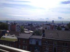 Appartement à vendre à Liège - 2 chambres - 120m² - 168 000 € Appartement au 6ème étage avec vue magnifique sur la ville. Situé à 2 pas sur les hauteurs de la Place St Lambert, il dispose d'un hall d'entrée, d'un W.C. avec placards, d'un living parqueté x...
