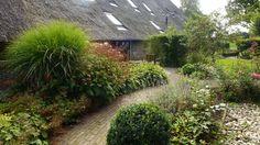 de tuin aan de westkant van de accommodatie