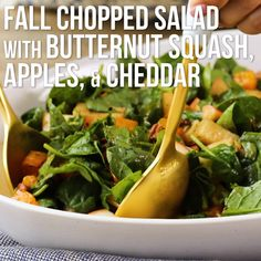 Fall Chopped Salad with Spinach, Butternut Squash, Apples & Cheddar Wer sagt, dass Spinats. Entree Recipes, Side Dish Recipes, Salad Recipes, Vegetarian Recipes, Healthy Recipes, Thanksgiving Salad, Thanksgiving Side Dishes, Thanksgiving Recipes, Spinach Apple Salad