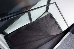 Bovenaanzicht van trap bekleed met het industriële NEWstairs Bluestone motief