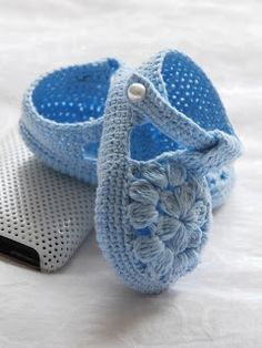 very lacy crochet baby shoes; instep formed by a round flower motif with clusters ~~ patucos bebes de crochet Crochet Baby Boots, Booties Crochet, Crochet Baby Clothes, Crochet Shoes, Crochet Slippers, Cute Crochet, Crochet For Kids, Knit Crochet, Baby Sandals
