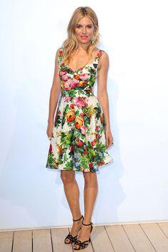 Sienna Miller en Dolce  Gabbana  http://www.vogue.fr/mode/look-du-jour/articles/sienna-miller-en-dolce-gabbana/20015