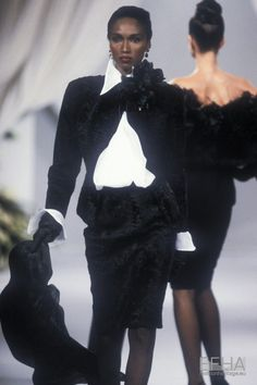Image from object titled 'Christian Dior, Autumn-Winter Couture' Christian Dior Vintage, Christian Dior Designer, Vintage Dior, Vintage Fashion, Dior Haute Couture, Gloves Fashion, 90s Fashion, Fashion 2018, Gianfranco Ferre