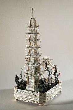 Pagode à sept étages et sa terrasse, ivoire sculpté et ajouré, partiellement polychromé, pierres semi-précieuses (vue générale arrière) . Chine, dynastie Qing, Guangzhou (Canton), vers 1845. Coll. MADOI (inv. n° OA.2012.2263)