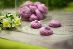 The raspberry meringues are low carb and low in calories, with a fruity raspberry flavor. The mering Low Carb Deserts, Low Calorie Desserts, Keto Snacks, Healthy Snacks, Healthy Eating, Raspberry Meringue, Cooking Courses, Lchf, Keto Drink