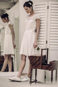 La robe Molière, ode à la féminité ! Allure charmante que celle de cette robe à l'esprit danseuse, marquée à la taille et à jupe froncée. La partie haute de la robe est en organza de soie brodé, et le bas en seersucker de soie. Fabriquée à Paris, dans notre atelier showroom du Xème arrondissement.