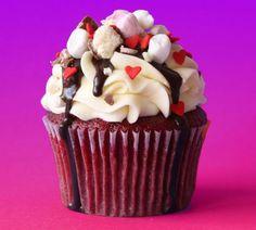 Como fazer cupcake red velvet. O Red Velvet é um tipo de cupcake típico do sul dos Estados Unidos. O seu nome, que significa veludo vermelho, se deve à sua textura aveludada e cor vermelha. A receita é preparada com cacau em pó e c...