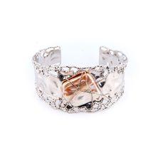 Viața nu este o linie dreaptă, iar de cele mai multe ori, privită în ansamblu, nu are nici o forma regulată. Descoperă în locațiile Sabion bijuteriile în forme neregulate, un spectacol apropiat de formele naturii înconjurătoare.|#bijuterii #sabion #romania #art #design #perla #alb #jewelry #pearl #instajewelry #jewelrylover #bracelet #handmade #jewlery #white #gold|Bijuterii cu suflet manufacturate în România.|