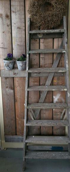Zet een houten brocante trap in je tuin met leuke zomerse potten en planten Oude brocante trap met verfsporen .Leuk om zo neer te zetten met een plaid/ tijdschriften of voor in je tuin.Verf hem in een trendy kleur en zet hem in je kamer/gang …….  In goede staat maar niet geschikt als huishoudtrap.Afmeting 175x60x15cm(ingeklapt) Alleen af te halen € 49,95