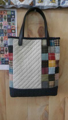소녀의 감성으로 만들었습니다. 이 가방 들고 나들이 갈까봐요. 사이즈 : 28cm×30cm×4cm Bag Patterns To Sew, Sewing Patterns, Nine Patch, Sewing Projects, Projects To Try, Japanese Bag, Patchwork Bags, Fabric Bags, Louis Vuitton Damier