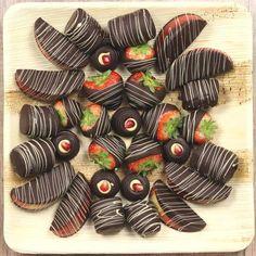Obstplatte mit Schokofrüchten aus Erdbeer, Granatapfel, Apfel und Banane für Geburtstag, Weihnachten oder Meetings