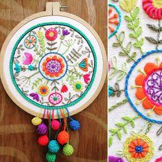 Adore bordar este mandala!!! Es fácil, rápido y una gran terapia que te ayuda a estar bien No esperes más para venirte al taller y… Hand Embroidery Stitches, Modern Embroidery, Embroidery Hoop Art, Hand Embroidery Designs, Embroidery Applique, Cross Stitch Embroidery, Bordado Floral, Needlework, Crochet
