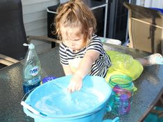 Make the BIGGEST and the BEST bubbles with this simple bubble solution recipe. You'll be the envy of the neighborhood with these giant bubbles! Super Bubbles, Kids Bubbles, Giant Bubbles, Homemade Bubble Recipe, Homemade Bubbles, How To Make Homemade, Bubble Solution Recipe, Homemade Bubble Solution, Summer Time