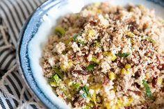 Een lekker koolhydraatarm hoofdgerecht, bloemkool couscous. Dit is een heerlijke vegetarische couscous met zongedroogte tomaten, prei, walnoten en allerlei heerlijke kruiden.