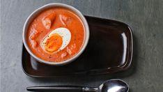 Hjemmelaget tomatsuppe med pølsebiter og egg