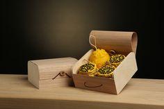 Подарочный набор N 2: оригинальная и приятная на ощупь коробочка, наполненная цветочным медом и медовыми композициями (крем-мед и мед с кешью). Компанию вкусовым рецепторам составляет обонятельный компонент в виде формовой свечи-елочный игрушки из натурального пчелиного воска - летом, пасекой и солнцем пахнет аж за версту.